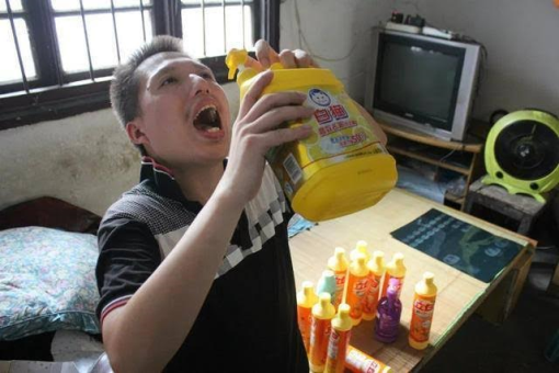 Photos: 31 year old Chinese man can't stop drinking detergent liquid