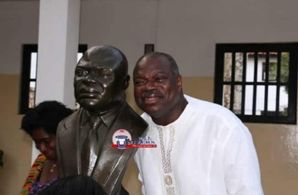 Photo of the week: Does it look like me? - Former UG Vice-Chancellor gets bust