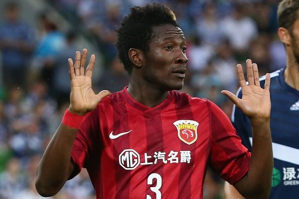 VIDEO: Asamoah Gyan sharing money in traffic goes viral