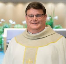 Catholic priest receives standing ovation from his parishioners for coming out gay |Video/Photo