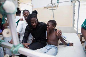 PHOTOS: Stonebwoy donates Ghc5,000 to Korle-Bu accident centre