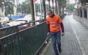 Chinese millionaire spends leisure picking trash from his city