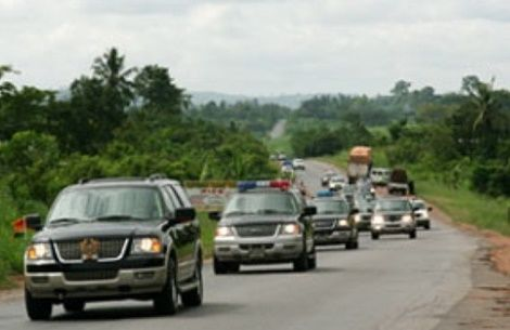 President Akufo-Addo cuts long convoy; provides bus for Ministers