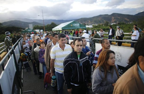 Venezuelans Cross Simon Bolivar Bridge (VIDEO)