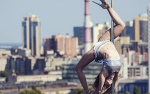 Russian Bombshell Pole Dancer Performs on Roof of High-Rise Building (VIDEO)