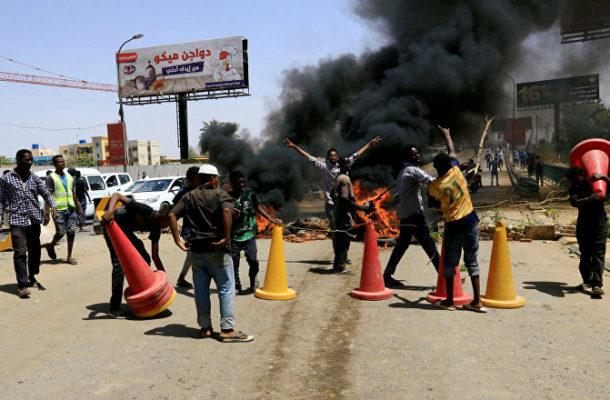 Police Officers Beat Sputnik Correspondent in Sudan, Break His Equipment