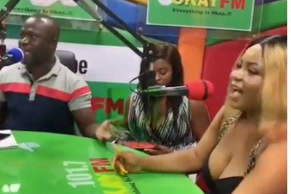VIDEO: Girl shows off red panty to panelists in Okay FM studio