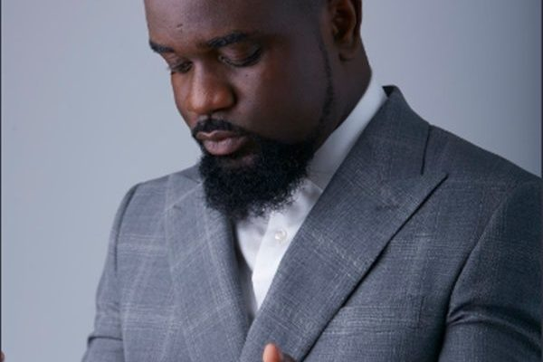 Sarkodie goes on his knees to thank his fans