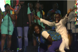 VIDEO: Lady twerks on Okyeame Kwame, bolts with his dress at D2R