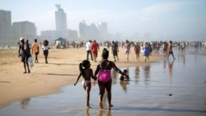 Easter Sunday: Chorkor beach packed as residents defy lockdown directives to chill -VIDEO