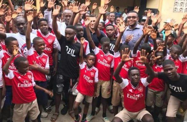 Some Arsenal fans visit Thomas Partey's family house