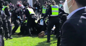 Clashes Occur Between Police and Protesters at Anti-Lockdown Rally in Melbourne - Videos