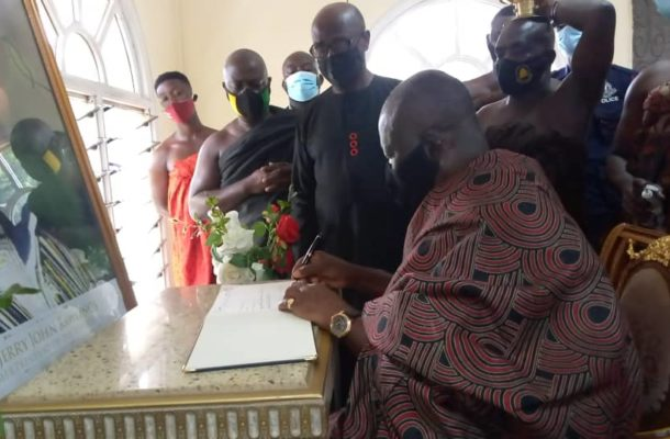 Asantehene signs Rawlings' book of condolence
