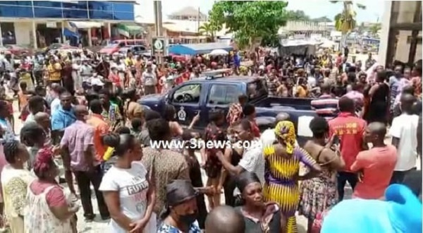 A/R: Angry residents storm court to lynch murderer of 4-year-old