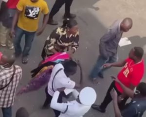 VIDEO: Man escapes mob attack after snatching lady's bag