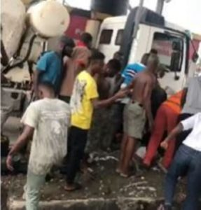 Motorway: Attendant feared dead as Tipper-truck crashes into toll-booth [Video]